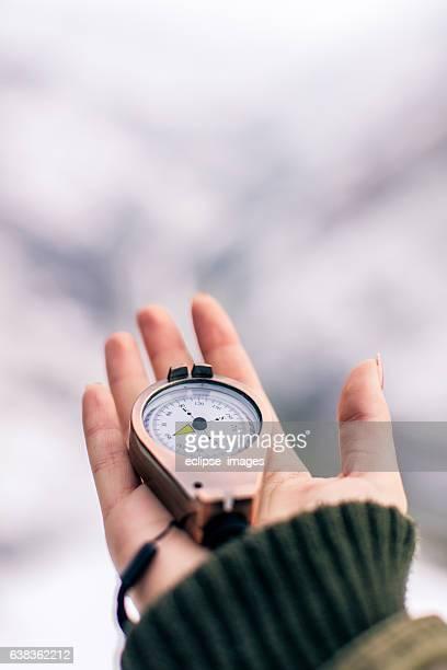 pov image of traveler woman with a compass - wijzen handgebaar stockfoto's en -beelden