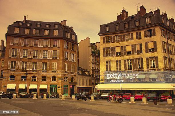 image of two parisian apartment houses next to a street, low angle view, paris, france - low angle view photos et images de collection