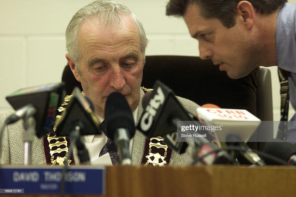 DIGITAL IMAGE----Mayor David Thomson gets last minute instructions from his hired media advisor, Ter : Nachrichtenfoto