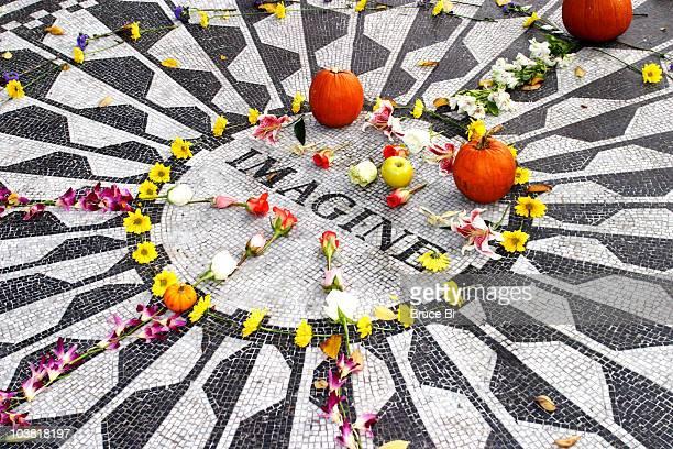 "imagine"" memorial to john lennon at strawberry fields in central park. - strawberry fields - fotografias e filmes do acervo"