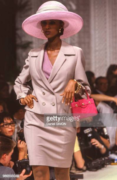 Iman lors du défilé Christian Dior HauteCouture collection Printempsété 1989 à Paris le 23 janvier 1989 France