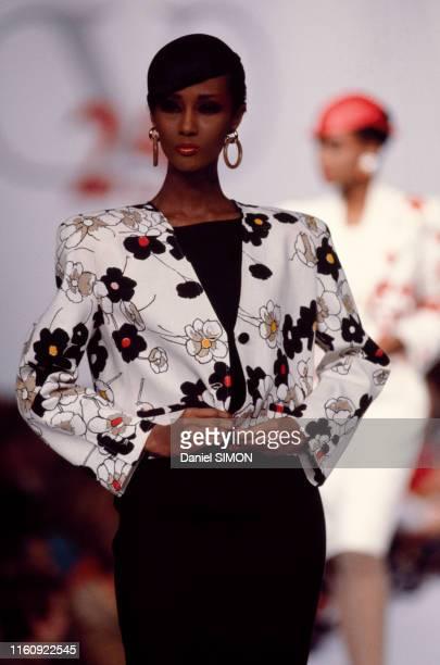 Iman lors du défilé Valentino, Prêt-à-Porter, collection Printemps-été 1985 à Paris le 22 octobre 1984, France.