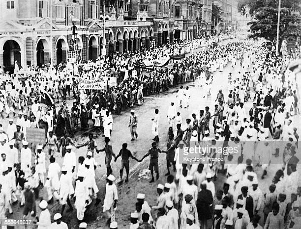 Immédiatement après l'arrestation subite de Gandhi le leader et 'prophète' nationaliste hindou héros de l'insurrection contre l'Angleterre de grandes...