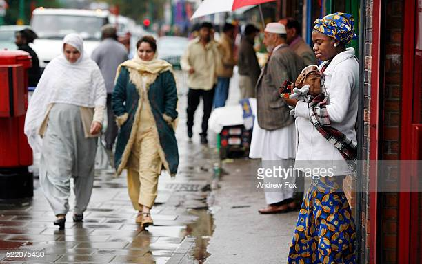immigrants of different cultures on street - preconceito racial imagens e fotografias de stock