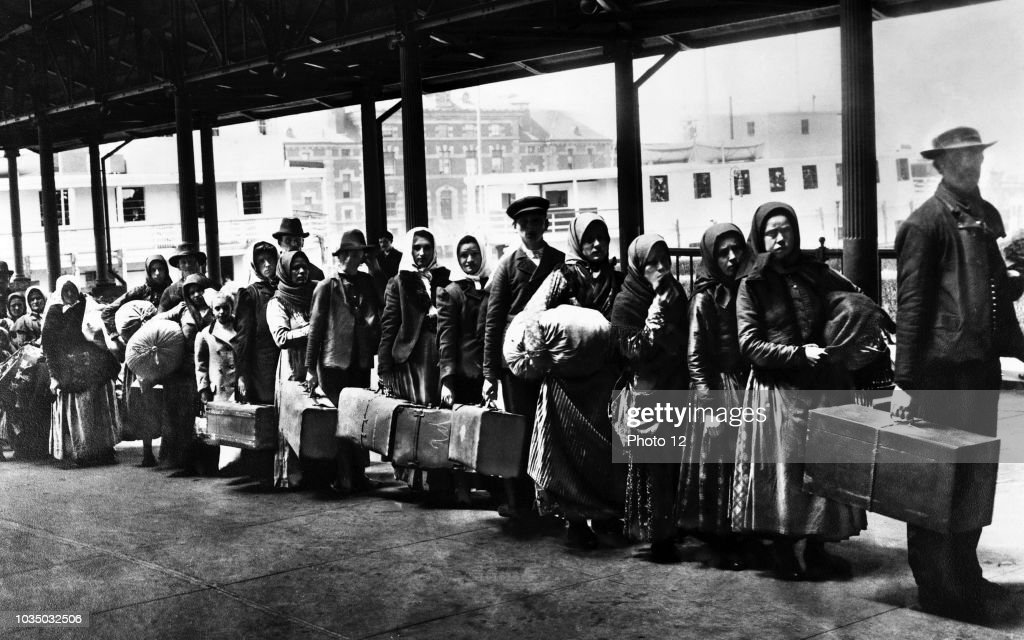 Immigrants on Ellis Island reception centre. : News Photo