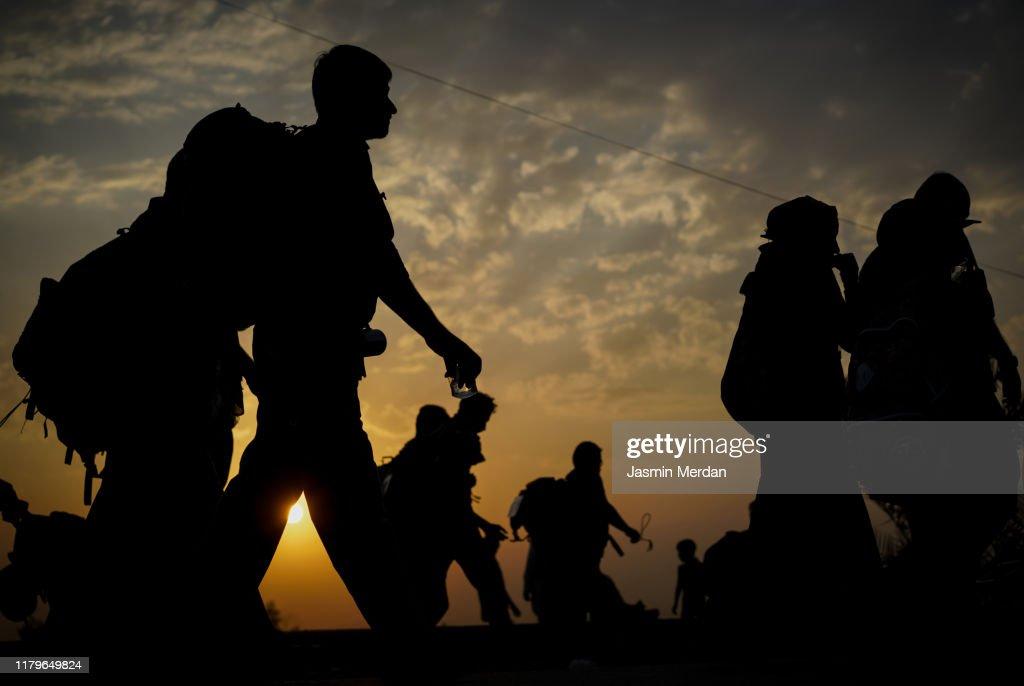 Immigrants walking for hope in better future : Foto de stock