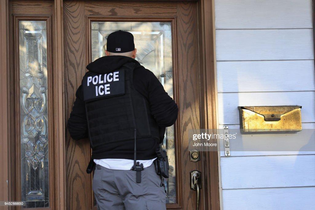 ICE Arrests Undocumented Immigrants In NYC : Fotografía de noticias