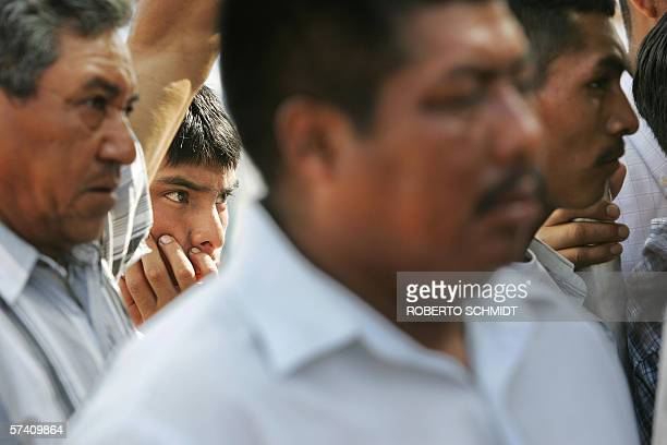"""Immokalee, UNITED STATES: TO GO WITH AFP STORY """"EEUU-MIGRACION-HISPANOS"""" A young farm worker gathers with other men to listen to a leader of the..."""
