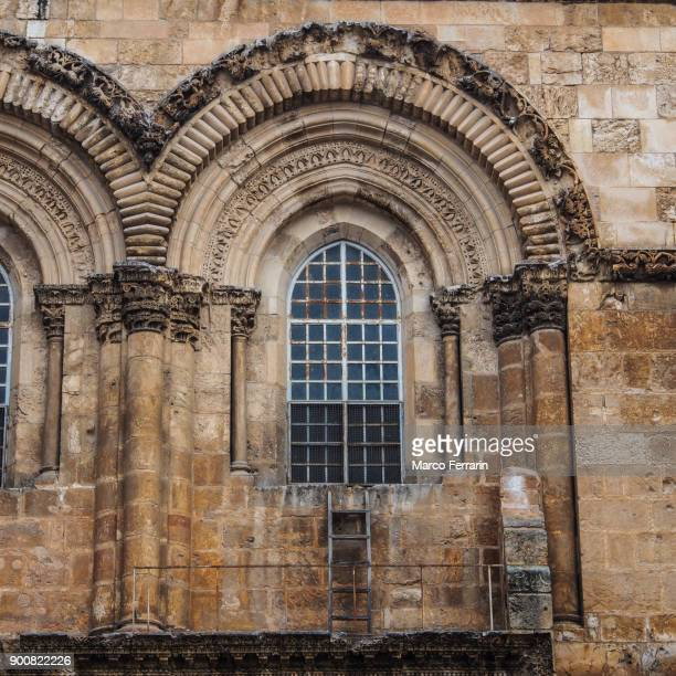 immovable ladder under the window of the church of the holy sepulcher, jerusalem - chiesa del santo sepolcro foto e immagini stock