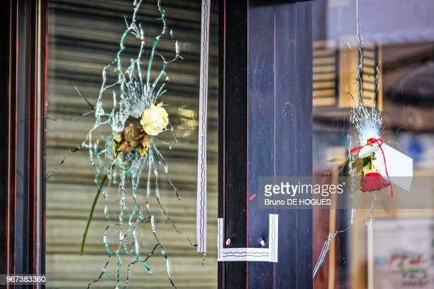 Impacts de balles après l'attentat du restaurant La Belle Equipe à l'angle Rue de Charonne et Rue Faidherbe le 15 novembre 2015 à Paris, France.