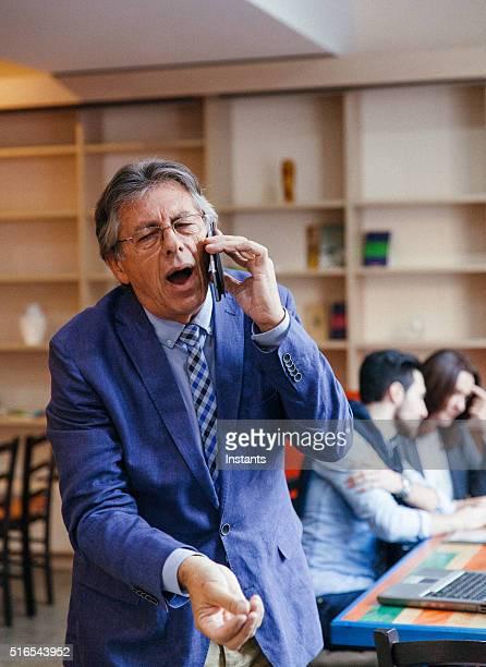 Impatient Senior Homme d'affaires