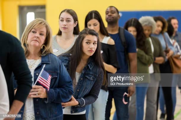 ungeduldige frau wartet auf ihre stimme - patriotismus stock-fotos und bilder