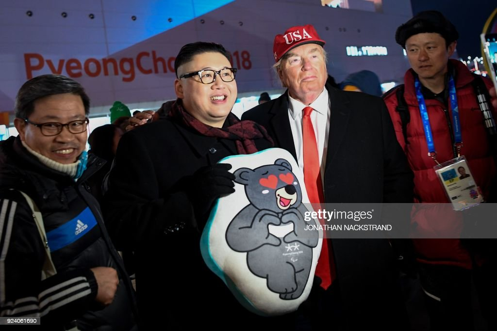 Impersonators of North Korean leader Kim Jong Un and US President Donald Trump pose for a picture on the sidelines of the closing ceremony of the Pyeongchang 2018 Winter Olympic Games at the Pyeongchang Stadium on February 25, 2018. / AFP PHOTO / Jonathan NACKSTRAND
