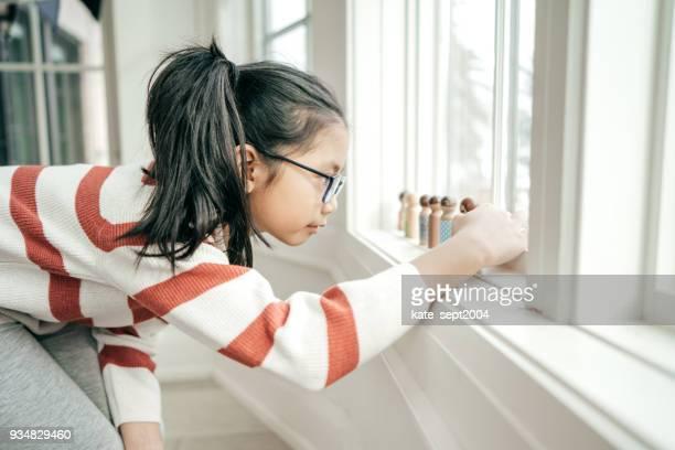 importancia del juego para el desarrollo social - autismo fotografías e imágenes de stock