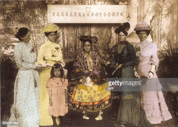 L'impératrice douairière de Chine Cixi posant avec des femmes de diplomates occidentaux en Chine en 1903