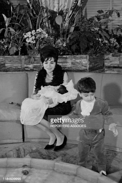L'impératrice Farah Diba Pahlavi avec ses enfants Reza et Farahnaz à Paris le 1er avril 1963 France