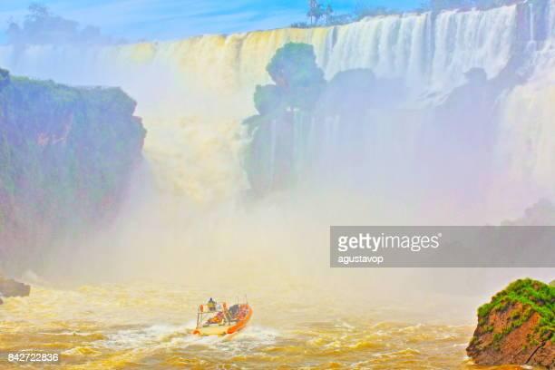 印象的なイグアスの滝、アルゼンチン側、ブラジルのフォスの劇的な美しさ風景 - 牧歌的な悪魔の喉笛 - 国境にモーター ボートの冒険サファリはイグアス、パラナ州、プエルト ・ イグアス、ミシオネス州、パラグアイ - 南アメリカ - フォスドイグアス ストックフォトと画像