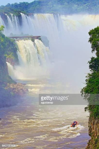 imponerande iguacu falls och motorbåt äventyr safari på argentina sida, dramatiska skönhet landskapet - idylliska djävulens strupe - internationell gräns brasilianska foz do iguaçu, parana, puerto iguazu, misiones och paraguay - sydamerika - paraguay bildbanksfoton och bilder