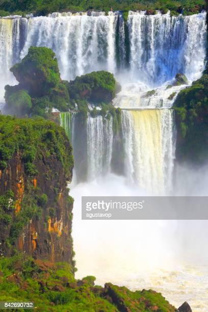 印象的なイグアスは滝アルゼンチン側の上からの風景、自然風景 - 牧歌的な悪魔の喉笛 - ブラジルのフォスの国境で劇的な美しさイグアス、パラナ州、プエルト ・ イグアス、ミシオネス州、パラグアイ - 南アメリカ - フォスドイグアス ストックフォトと画像