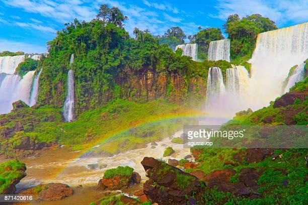 印象的なイグアスの滝と虹の風景、自然風景 - 牧歌的な悪魔の喉笛 - ブラジルのフォスの国境で劇的な美しさはパラグアイの南米ミシオネス州、パラナ州、アルゼンチンのプエルト ・ イグアス イグアス - フォスドイグアス ストックフォトと画像