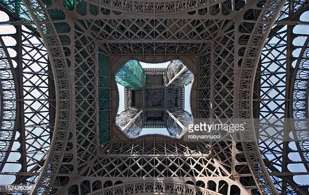 Beeindruckende Aussicht auf den Eiffelturm (Paris), gesehen von unten