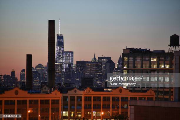 impressive skyline of lower manhattan with the freedom tower as seen from the industrial manufacturing district of sunset park, in brooklyn, new york city, usa - ニューヨーク州 ブルックリン ストックフォトと画像