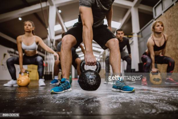 impressive workout - crossfit stock pictures, royalty-free photos & images