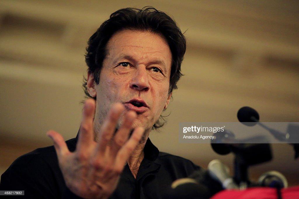 Press conference of Pakistani politician Imran Khan : News Photo