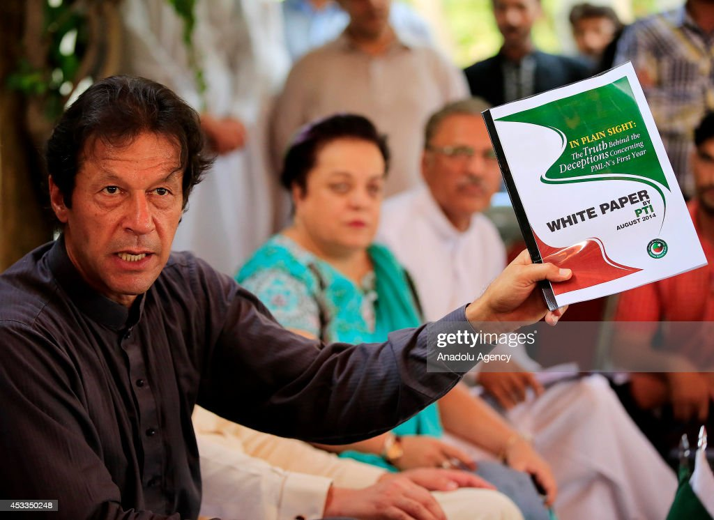 Press conference of Pakistani politician Imran Khan : News Photo