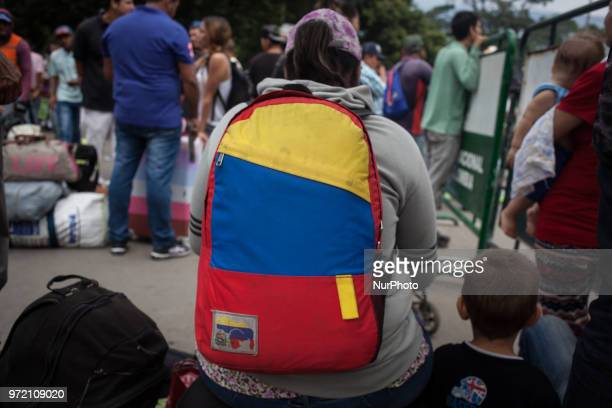 In a desperate way Venezuelans need to sell hair to survive got some money to buy a bus ticket food or whatever they need in this terrible situation...