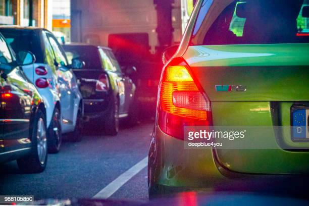 In a traffic jam: the green car in front suddenly brakes!