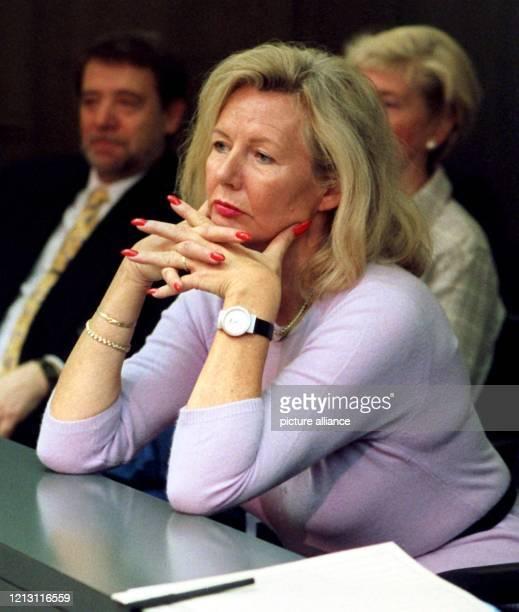 In Abwesenheit ihres Mannes des ehemaligen niedersächsischen Ministerpräsidenten Gerhard Glogowski verfolgt am im niedersächsischen Landtag in...