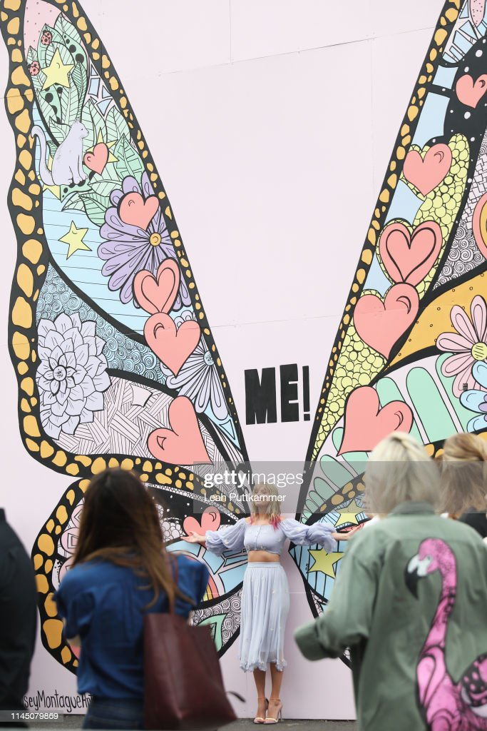 "TN: Taylor Swift Surprises Fans At New Kelsey Montague ""What Lifts You Up"" Mural In Nashville"