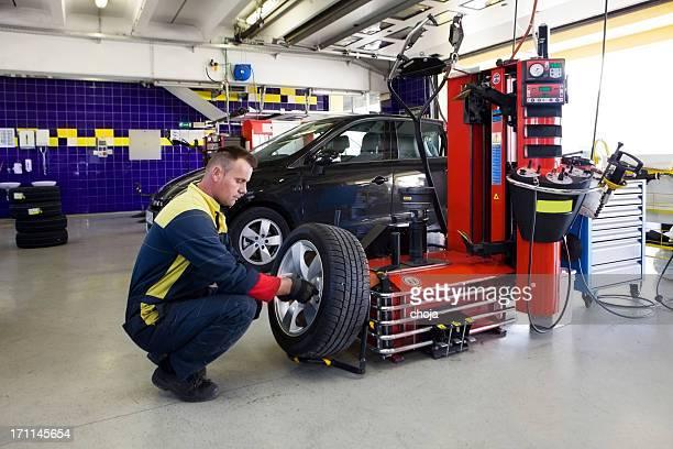 shop.Auto de réparation Auto mécanicien est changin Pneu
