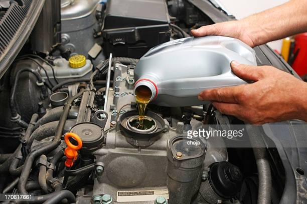auto Mécanicien de réparer shop.Car est changer d'huile moteur