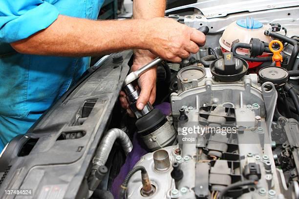 auto Mécanicien de réparer le moteur de fixation shop.Car est
