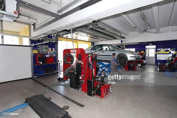 En auto réparation shop.changing avant les pneus d'hiver