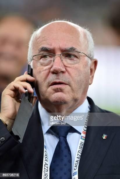 FUSSBALL INTERNATIONALES TESTSPIEL in Bari Italien Holland Praesidenten des italienischen Fussballverbands Carlo Tavecchio am Telefon