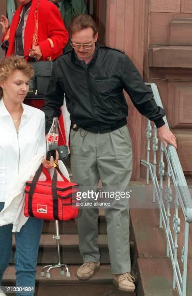 In Begleitung seiner Krankenschwester verläßt der nach einem Unfall gehbehinderte USAmerikaner Kevin Pratt am 1931997 das Gerichtsgebäude in Gießen...