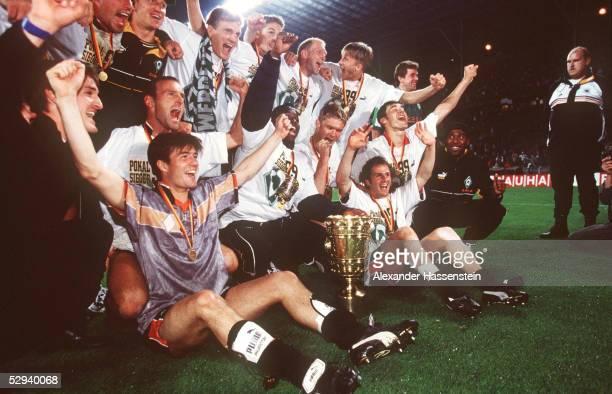 POKALFINALE 1999 in Berlin FINALE 98/99 SV WERDER BREMEN FC BAYERN MUENCHEN 65 nE POKALSIEGER TEAM/MANNSCHAFT WERDER BREMEN JUBEL mit Pokal