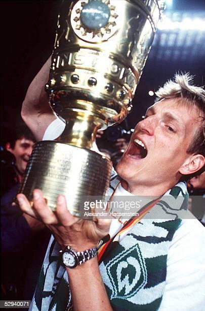 POKALFINALE 1999 in Berlin FINALE 98/99 SV WERDER BREMEN FC BAYERN MUENCHEN 65 nE POKALSIEGER Andreas HERZOG/WERDER BREMEN JUBEL mit Pokal