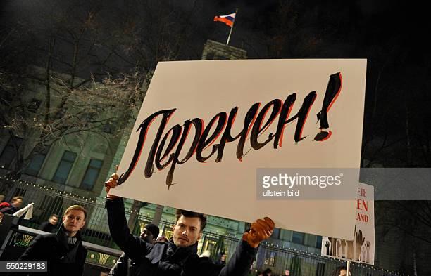 In Berlin lebenden Russen protestieren gegen die vermutliche Wahlfäschung bei den russischen DumaWahlen vor der russichen Botschaft in Berlin