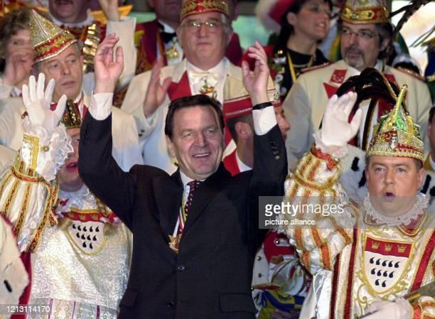 In bester Stimmung zeigt sich Bundeskanzler Gerhard Schröder am 1.3.2000 beim Karnevalsempfang im Bonner Kanzleramt, rechts der Kölner Karnevalsprinz...