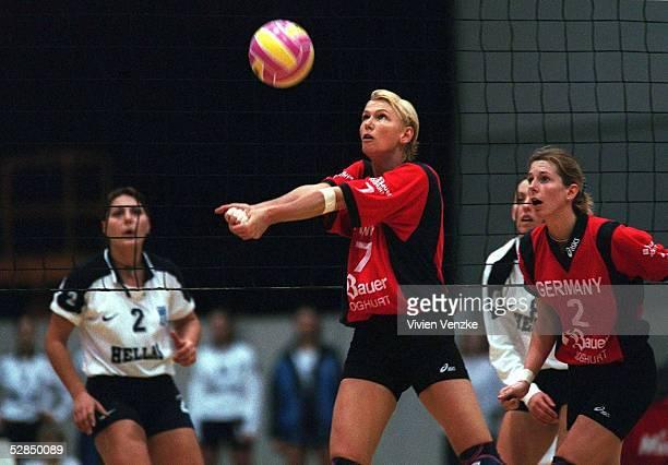 3 in Bremen 020198 Susanne LAHME baggert zu Beatrice DOEMELAND /Frauen Nationalmannschaft/Nationalteam