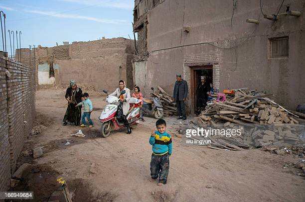 CONTENT] In Corban Festival the grand parents saw daughter and her children off at Kashgar ancient city of Xinjiang