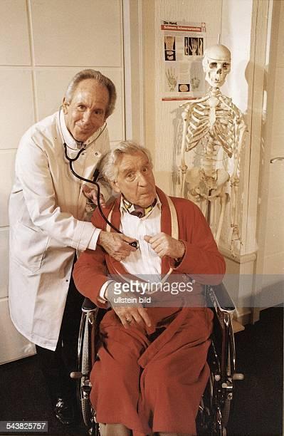In dem Stück und alles auf Krankenschein hört Schauspieler Gerd Vespermann Peter Ahrweiler mit einem Stethoskop ab