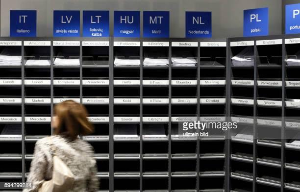 In den Faechern im Pressezentrum des Europaeischen Parlamentes in Strasbourg liegen die Dokumente in den Landessprachen Alle Dokumente werden in jede...