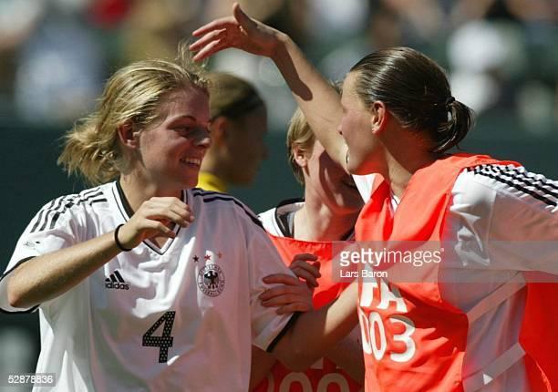 WM 2003 in den USA Finale Carson/Los Angeles Deutschland Schweden Jubel nach dem Spiel Nia KUENZER/GER die das Goldengoal erzielt hat und Pia...