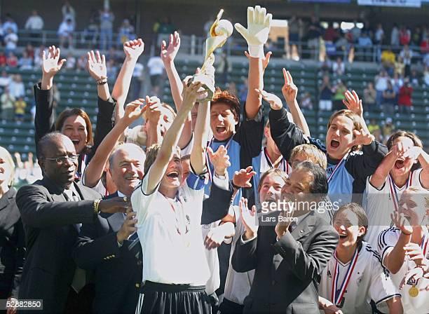 WM 2003 in den USA Finale Carson/Los Angeles Deutschland Schweden Jubel nach der Siegerehrung Bettina WIEGMANN/GER mit dem Weltpokal