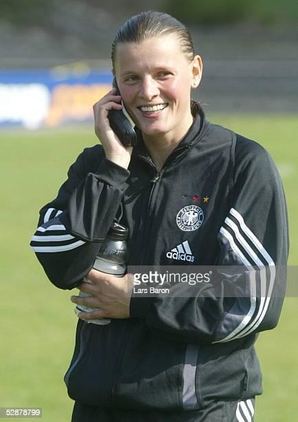 WM 2003 in den USA Portland Nationalmannschaft Deutschland/Training Pia WUNDERLICH telefoniert mit Steffi JONES/GER